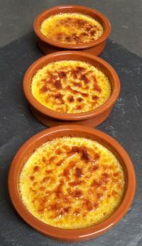 Réalisation des crèmes brûlées vanille, à la Pâtisserie Noni Nona: