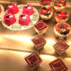 Création de pâtisseries artisanales chez Noni Nona par notre pâtissier.
